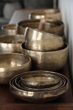 Tibetische Klangschalen in verschiedener Form und Größe