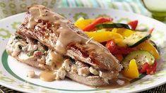 Gevulde varkenshaas met champignons en spekjes, geserveerd met pepersaus en knapperige groenten. Lekker en makkelijk gerecht voor op een doordeweekse werkdag of op een meer feestelijk samenzijn.