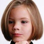 Jolie coupe au carré, avec raie sur le côté, pour fillette aux cheveux châtains.