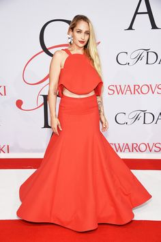 jemima kirke wearing a red rosie assoulin crop top and skirt at the 2015 cfda awards
