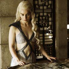 """Kit Harington et Rose Leslie de """"Game of Thrones"""" officialisent sur le tapis…"""