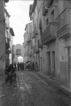 Portal del Loreto. Alcañiz, 1938. Nerja Spain, Old Photos, Portal, War, Loreto, Circuit, Antique Photos, Exhibitions, Culture