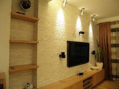oświetlenie ściany w salonie - kilka kinkietów przytwierdzonych do sufitu (źródło: www.domideco.pl)