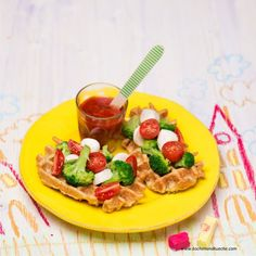 Erdäpfelwaffeln mit Brokkoli-Paradeiser-Salat Waffles, Tacos, Mexican, Breakfast, Ethnic Recipes, Finger Foods, Waffle Iron, Apple, Morning Coffee