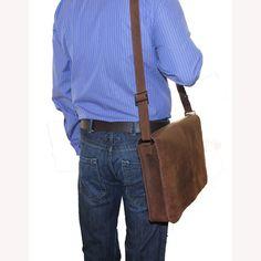 Un mensajero bolsa diseñada para los hombres. Forma simple, rectangular y aspecto clásico.  Hecho a mano de calidad agobiados de marrón cuero.