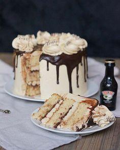 Cake with lemon crown - HQ Recipes Lemon Recipes, Sweet Recipes, Baking Recipes, Cake Recipes, Drip Cakes, Fondant Cakes, Cupcake Cakes, Baileys Cake, Lemon And Coconut Cake