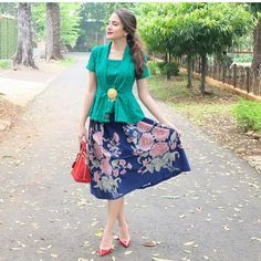 model kebaya modern simple hijau rok batik