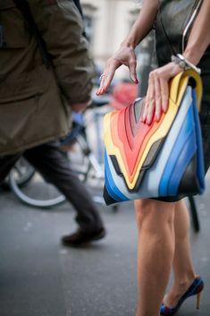 La Fashion Week de Milan ne déçoit jamais, ni par ses défilés, ni par son cadre féérique et encore moins par ses looks de rue. Envie de voir les styles observés dans cette capitale de la mode italienne? Andiamo! Les tendances qui ressortent de la MFW : – le jeu des volumes et les silhouettes fluides (les shorts XXL) – la couleur – le denim – la touche sportswear (vêtements et accessoires) – le retour aux années 60 et 70 Je vous mentirais si je vous disais que tout cela ne me donne pas envie…