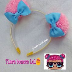Fofura de encomenda!!! Tiara Lol , uma gracinhaaa!  Elas amam!!! #tiaraslol #pompoms #tendencias #tiaraspersonalizadas #maedeprincesa  #feitocomamor #vaniarequiereatelie Baby Bows, Baby Headbands, Yarn Crafts, Diy And Crafts, Diy For Kids, Crafts For Kids, Bow Hairband, Birthday Party Centerpieces, Doll Party