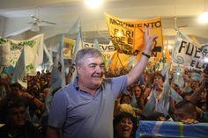 """Por gestión de Mario Das Neves habitantes de Dique Ameghino son dueños de sus tierras http://www.ambitosur.com.ar/por-gestion-de-mario-das-neves-habitantes-de-dique-ameghino-son-duenos-de-sus-tierras/ """"El mejor premio es mirar a la cara a la gente y ver que hemos ayudado a que encuentren alivio, tranquilidad y justicia"""". Por una gestión del exgobernador Mario Das Neves, el gobierno nacional salda una deuda de más de medio siglo con la la comunidad de Dique Ameguino."""