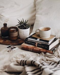 10 Ideas To Make Your Home Cozy And Warm In Autumn - How To Hygge - Ideas of How To Hygge - Always wandered how to conquer the bad weather and dry cold? Read the guide and try one of these out! Cozy Aesthetic, Autumn Aesthetic, Artist Aesthetic, Hygge, Tableaux D'inspiration, Autumn Cozy, Autumn Fall, Winter, Coffee Photography