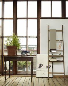 elegant lehnt das anstellregal stilvoll an der wand und bietet sich fur verschiedene individuelle gebrauchsmoglichkeiten