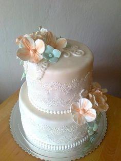 Svadobná torta s čipkou a kvetmi. Autorka: milka.stef. Tortyodmamy.sk