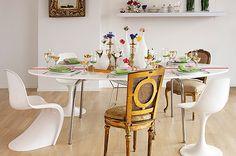 Decoração de mesa elegante. Mesa feminina. Ideias para decorar a mesa com charme. Cadeira tulipa. Cadeira swan. Vasos transparentes e flores coloridas. Veja dicas para decorar a mesa e receber os amigos em casa.