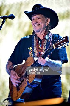 Austin's getting a Willie Nelson statue! I've got a picture of he and his sister standing in front of the bronze statue! One of my favorite performers! Music Pics, Music Images, Pop Music, Live Music, Blues Music, Country Music Artists, Country Music Stars, Country Singers, Texas Music