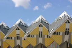 Binnenkort op stedentrip naar Rotterdam? En altijd al in een kubuswoning willen slapen? Stayokay Rotterdam heeft budgetkamers voor een, twee, vier of zes personen! Klik op de link voor dit hostel en andere leuke accommodaties in Rotterdam. Rotterdam, Monuments, Cubes, Hotel New York, Architecture Unique, Building A House, Multi Story Building, Destinations, Rubik's Cube