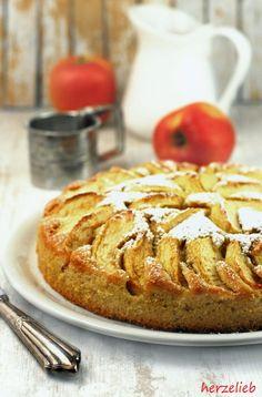 """Süßer Kartoffelkuchen aus rohen Kartoffeln, belegt mit Äpfeln und natürlich mit Zimt und Zucker – das klingt bestimmt erstmal ein bisschen eigenartig. Dieses Rezept ist sehreinfach, der Kuchen ist schnell zu backen und durch die Kartoffeln bleibt der Kuchen einige … <a href=""""http://herzelieb.de/kartoffelkuchen-rezept-suess/"""">Weiterlesen</a>"""