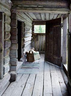 Svalgang: Det bor ofte en vakker estetikk i gamle tømmerstokker. Bildet viser en sjarmerende svalgang fra et anneks i Vedalen.