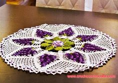 toalha de mesa em croche com flores e cacho de uvas em croche com receita e gráficos
