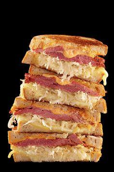 The Rachel is een variant op de Rueben-sandwich van Katz's in New York - Stevig brood met zuurkool, pastrami en kaas met mierikswortel/ketchup saus
