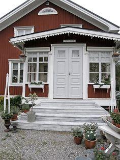 Halloj på er !! Jag är så himla glad och nöjd, för verandan är färdig !! Här sitter jag med lilla Nisse, jag kände för att klä upp mig lite... Front Door Steps, Porch Veranda, Sweden House, Red Houses, Deck Stairs, Scandi Style, Country Style, Facade, Entrance