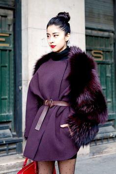 Фиолетовое женское пальто с мехом – фото новинка сезона