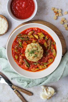 Dinkel Semmelknödel auf Spargel Tomatenragout Bon Appetit, Thai Red Curry, Foodblogger, Ethnic Recipes, Desserts, Fresh, Clean Foods, Easy Meals, Tailgate Desserts