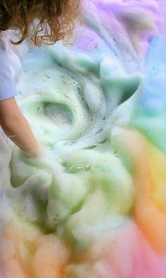 http://www.rougeframboise.com/maison/comment-faire-mousse-arc-en-ciel  #mousse #arcenciel #rainbow #enfant