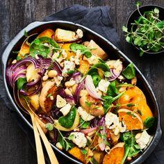 Pumpan tillagas i ugn tillsammans med potatis och kryddor. Strö över fetaost rödlök, mandel och paprika de sista tio minuterna. Servera de rostade grönsakerna med krämig yoghurt och babyspenat.