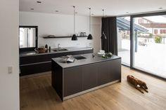 Küchenblock aus Holz in moderner Küche mit BORA Kochfeldabzug  Küchenblock: schlicht und schön – und vor allem ohne störende Dunstabzugshaube, sondern mit dem innovativen BORA Kochfeldabzug nach unten für garantiert freie Sicht nach draußen.