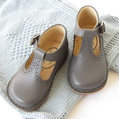 Classic grey ankle t-bar shoes for boys and girls with buckle from Menthe et Grenadine www.menthe-et-grenadine.com