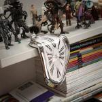 Dali'nin eriyen saatlerini gözünüz bir yerden ısırıyorsa bu sürrealist saatler çok hoşunuza gidecek. www.hergunozel.com