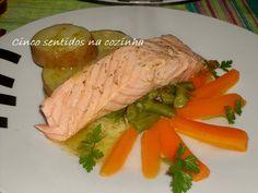 Salmão escalfado com legumes