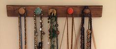 ¡¡¡Hoy os traigo mi primer DIY del Blog!!! Qué emoción !!! Un perchero hecho con pomos para tener todos los collares y pequeños bolsos ordenados. MATERIAL QUE NECESITAMOS Tabla de madera: he elegid…