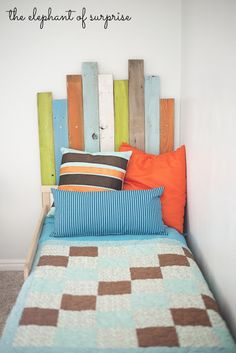 love this beachy headboard for a boys room. This will probably be Tanners room. I like this