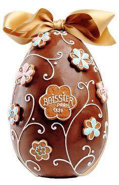 To celebrate Spring and Easter, la Maison Boissier in Paris created a collection of Easter Eggs in chocolate, beautifully decorated with flowers made of pain d'épices (Gingerbread). They are surprise eggs, hollow, of white or dark chocolate, filled with small chocolates. A one pound egg, 550 grams costs 75€ TTC.