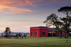 La Bamba de Areco est une estancia d'exception. Elle tient son nom de «bahamba», qui signifie «lieu de repos et d'hospitalité». Bien nommé, le domaine est dédié au monde équin. Ici, se côtoient chevaux de polo, criollos et gauchos dans une harmonie parfaite. Un eden où les hôtes sont rois.