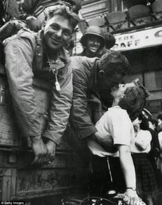 for a Soldier An American soldier receives a kiss in gratitude for the liberation of Paris during World War II.An American soldier receives a kiss in gratitude for the liberation of Paris during World War II. World History, World War Ii, Old Pictures, Old Photos, Liberation Of Paris, Fotojournalismus, American Soldiers, Military History, Vintage Photographs