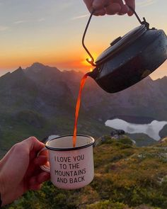 Mountains camping tea = 🖤 Whats your favorite morning drink? 𝔽𝕠𝕝𝕝𝕠𝕨 if you love camping! 𝔽𝕠𝕝𝕝𝕠𝕨 if you love camping! 𝔽𝕠𝕝𝕝𝕠𝕨 if you love camping! Camping Diy, Camping Survival, Camping Hacks, Bushcraft Camping, Camping Coffee, Outdoor Survival, Camping Gear, Camping Cabins, Camping Supplies