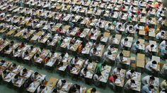 """Millionen chinesische Teenager werden in riesige Hallen gepackt versuchen den """"Gaokao"""" zu absolvieren. University Exam, University Place, Blockchain, Chinese News, 10 Millions, Global Times, Test Taking, Criminal Law, Finger Print Scanner"""