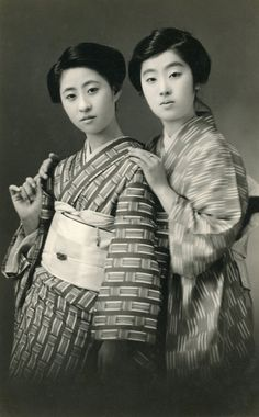 Momotarō and Tomikoma, 1920s, Japan. Two prominent geiko (geisha) of the late Taishō and early Shōwa periods, Momotarō, on the left, and Tomikoma, on the right. Text and image via Blue Ruin 1 in Flickr