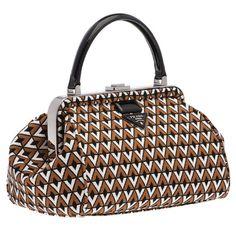Prada revisite son Doctor Bag pour la Fashion Week http://www.vogue.fr/mode/news-mode/articles/prada-revisite-son-doctor-bag-pour-la-fashion-week/15861