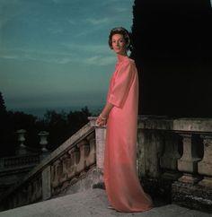 Marella Agnelli in posa per Philippe Halstman, abito Balenciaga, Villefranche sur Mer, Villa Leopolda, 1963