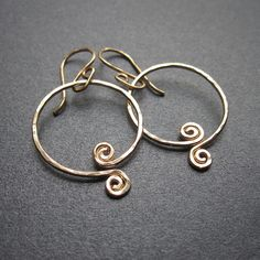 Items similar to Hammered Cleopatra Scroll Hoops - gold fill handmade wire wrapped on Etsy Wire Jewelry, Jewelry Art, Handmade Jewelry, Handmade Wire, Unique Jewelry, Jewelry Ideas, Jewlery, Copper Earrings, Gemstone Earrings