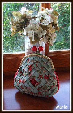 . Sewing Crafts, Sewing Projects, Projects To Try, Frame Purse, Newspaper Crafts, Bag Patterns To Sew, Quilted Bag, Small Quilts, Work Bags