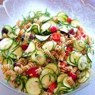 Dietní sytý zeleninový salát s těstovinami