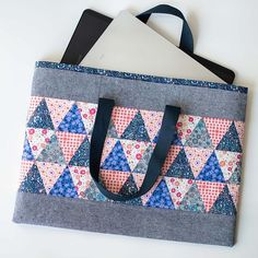 Portfolio Tote from Rainy Day Sewing Book by Amy Sinibaldi. Tissue Box Covers, Tissue Boxes, Quilting Projects, Sewing Projects, Button Cards, Cute Cross Stitch, Tips & Tricks, Doll Quilt, Day Book