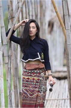 ideas how to wear saree saris for 2019 Traditional Thai Clothing, Traditional Dresses Designs, Myanmar Traditional Dress, Traditional Fashion, Traditional Outfits, Geisha, Thai Wedding Dress, Thailand Fashion, Myanmar Dress Design