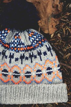 hat is a stranded hat, thick and warm for winter. It will be great as a skiing hat. Oonski is a fun projet, a quick knit that could make nice Xmas presents. Bonnet Ski, Jersey Jacquard, Quick Knits, Xmas Presents, Knitting Charts, Couture, Knitted Hats, Wool Hats, Knitting Projects