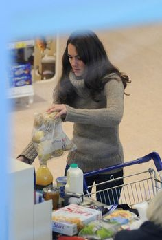 Kate Middleton Photos Photos - Catherine, Duchess of Cambridge shops at a Tesco supermarket filling her shopping trolley full of groceries. The Duchess bought plenty of fruit, a whole chicken and also some ice cream. Prince William Wife, Prince William And Catherine, William Kate, Looks Kate Middleton, Kate Middleton Photos, Kate Middleton Diet, Middleton Family, Casual Shopping Outfit, Duchesse Kate